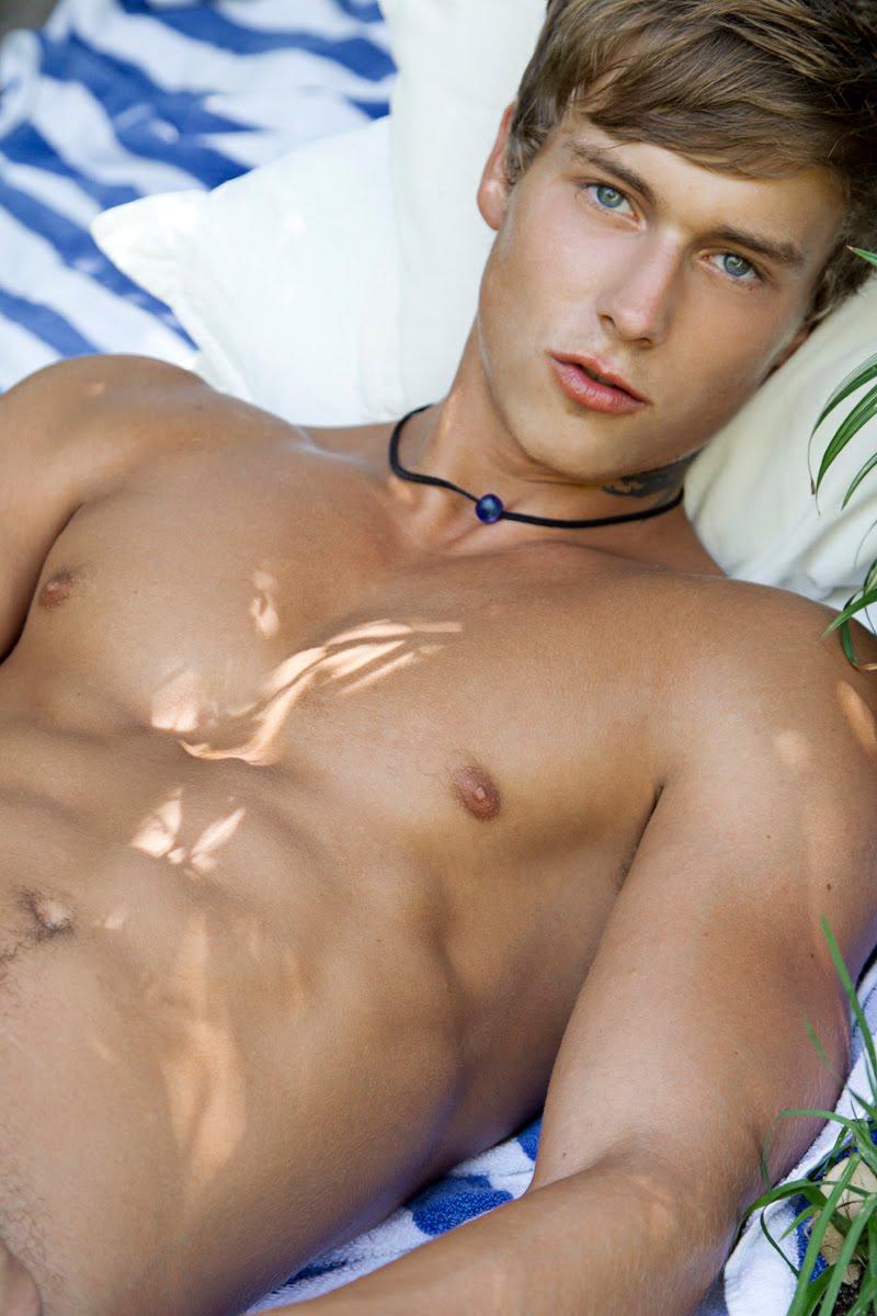 Одежде кожи фото голых молодых парней и их членов одежде